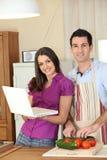 年轻夫妇在厨房里 免版税库存图片