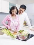 年轻夫妇在厨房里 图库摄影