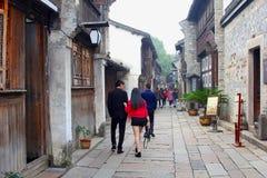 夫妇在古老水镇Wuzhen,中国观光 免版税库存照片