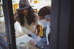 夫妇在咖啡馆的读书菜单 免版税库存照片