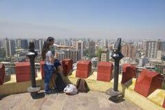 年轻夫妇在圣地亚哥,智利享受圣地亚哥市看法从圣诞老人露西娅小山堡垒的 库存照片