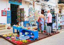 夫妇在圣维托lo品柱西西里岛的纪念品店 库存图片