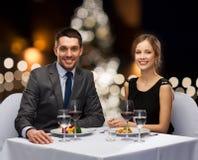 夫妇在圣诞节的服务的餐馆桌上 库存照片