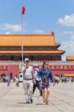 夫妇在天安门广场,北京,中国走 免版税库存照片