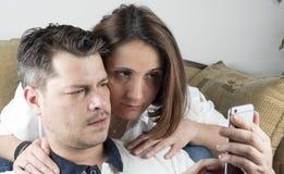 年轻夫妇在客厅 免版税库存图片