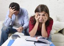 年轻夫妇在家担心和绝望在金钱问题在重音会计银行付款 库存图片