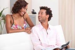 年轻夫妇在家 免版税图库摄影