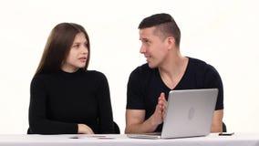 夫妇在屋子里进行网上购物 空白 股票录像