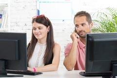 夫妇在工作在办公室, 免版税图库摄影