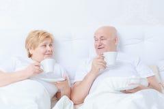 夫妇在床上互动 库存图片