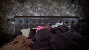 夫妇在床上在时髦的卧室 股票录像