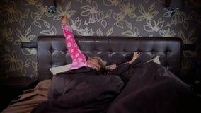夫妇在床上在时髦的卧室 股票视频