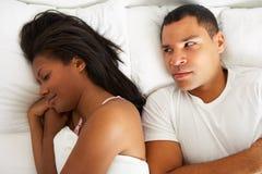 夫妇在床上有关系困难 免版税图库摄影