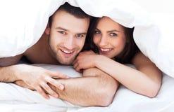 年轻夫妇在床上 免版税库存图片