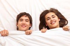 夫妇在床上 图库摄影