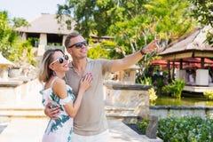 夫妇在度假在异乎寻常的热带手段的 免版税图库摄影