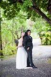 夫妇在庭院里 免版税库存照片