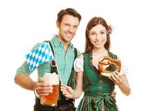 夫妇在慕尼黑啤酒节的巴伐利亚 免版税库存图片