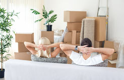 夫妇在新的家,休息 免版税库存图片