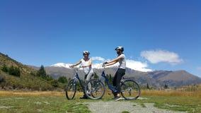 夫妇在新西兰享受美好的乡下风景 免版税库存图片