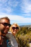 年轻夫妇在新西兰阿贝尔・塔斯曼公园纳尔逊地区采取快的slefie 图库摄影