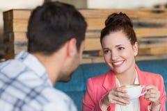 年轻夫妇在日期 免版税库存图片