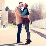 年轻夫妇在春天城市,亲吻,彼此相爱,愉快的家庭,想法样式概念关系秋天衣裳 免版税图库摄影
