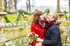 夫妇在春天的一个公园,约会 免版税库存照片