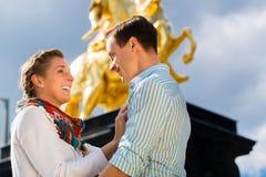 夫妇在有Goldener Reiter雕象的德累斯顿 库存照片