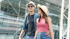 夫妇在机场 一起旅行愉快的青年人 股票录像
