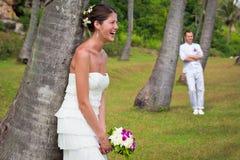 夫妇在棕榈树下 免版税库存图片