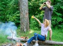 夫妇在森林里享受远足观察自然 在森林里结合鸟类学家远征观察自然概念 免版税库存照片