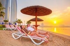 夫妇在波斯湾的太阳假日 免版税库存图片