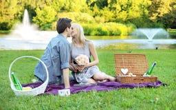 年轻夫妇在浪漫日期在公园 免版税图库摄影
