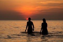 夫妇在海 库存图片
