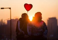 年轻夫妇在爱气球心脏 免版税库存照片