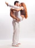 年轻夫妇在白色背景的演播室 库存图片