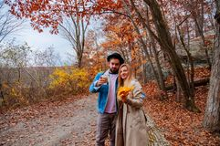 夫妇在秋天森林里,拥抱和享受一美妙的天 免版税库存照片