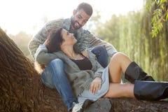 年轻夫妇在秋季森林 库存图片