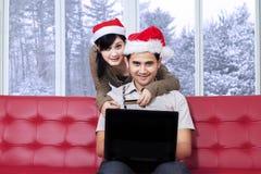 夫妇在网上在冬日买 免版税库存照片