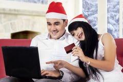 夫妇在网上在圣诞节假日买 图库摄影