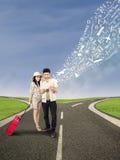 夫妇在网上搜寻假日目的地 免版税库存图片
