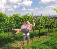 夫妇在葡萄园里 免版税库存照片