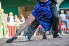 夫妇在街道的跳舞探戈 免版税库存照片