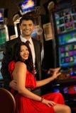 夫妇在赌博娱乐场 库存照片