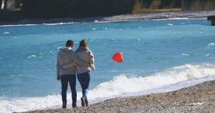 夫妇在走在海附近的日期 免版税图库摄影