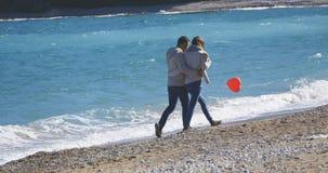 夫妇在走在海附近的日期 图库摄影