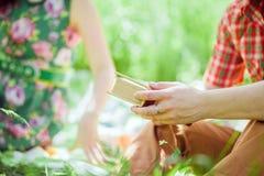 夫妇在野餐放松在绿色公园 免版税库存图片