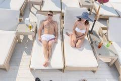 年轻夫妇在阳光下的享受一懒惰天 图库摄影