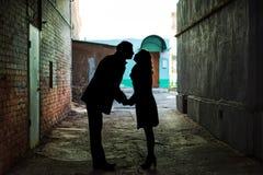 夫妇在隧道遮蔽亲吻 免版税库存图片